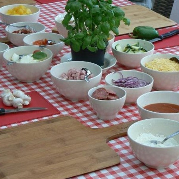 Alle ingrediënten staan klaar voor de workshop pizza bakken
